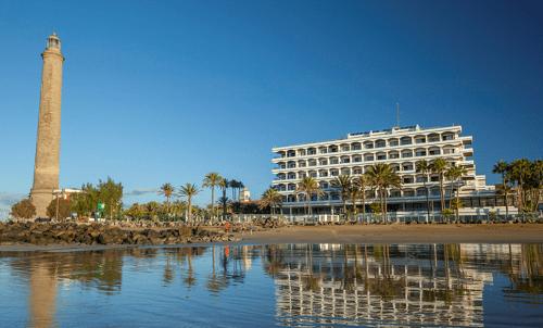 Reserva tu estancia y quédate  en el IFA Faro, con acceso directo a la  playa de Maspalomas.  ¡Disfruta de la mejor ubicación del sur de Gran Canaria!  Oferta válida solo para reservas a través de nuestro sitio web. Sujeto a disponibilidad.